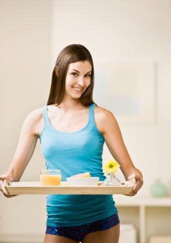 Sabah kahvaltını evde yapmaya çalış. Eğer klasik kahvaltı yapmaktan hoşlanmıyorsan, 1 kase süte ve 2 yemek kaşığı müsli karıştırarak ye. Böylece sindirim sistemini de çalıştırmış olursun.